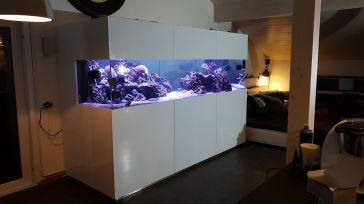 Entourage d'aquarium en panneaux laqués