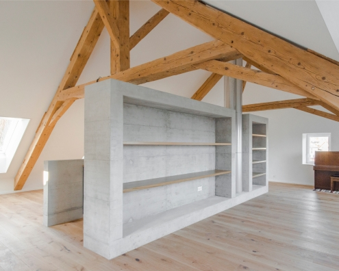 Rayonnage en chêne. Projet en collaboration avec la société Voumard et Mercier, architectes associés Sàrl